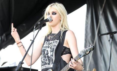 Taylor Momsen Booed in Concert