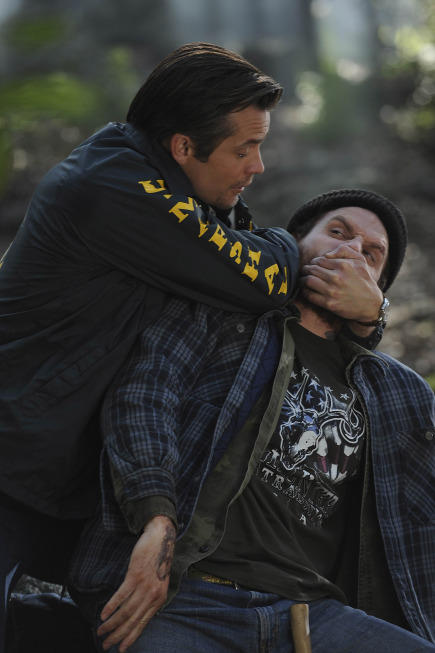 Raylan Manhandles a Suspect