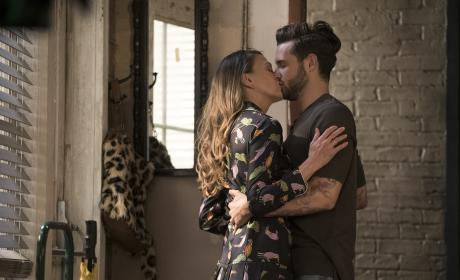 Another Kiss - Younger Season 3 Episode 1
