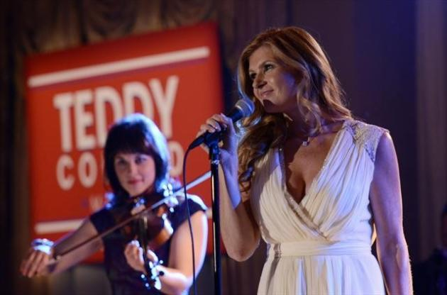 Rayna Performs