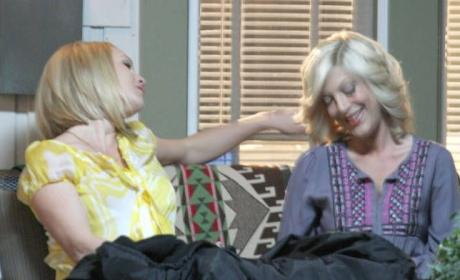 90210 Spoilers Pics: Tori Spelling on Set!