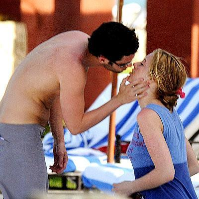 Blake Lively, Penn Badgley Kissing!