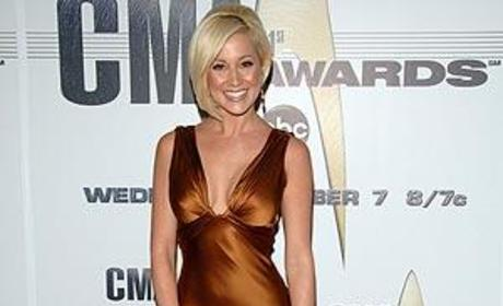 Kellie Pickler Breaks Down at Country Music Awards