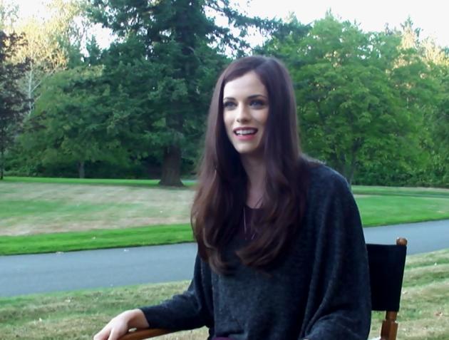 Jessica De Gouw on Set