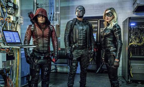Arrow Photo Preview: Look Who's Back and Suited Up!