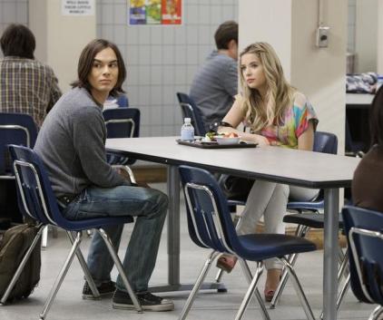 Watch Pretty Little Liars Season 2 Episode 4