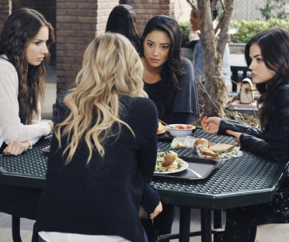 Watch Pretty Little Liars Season 2 Episode 11