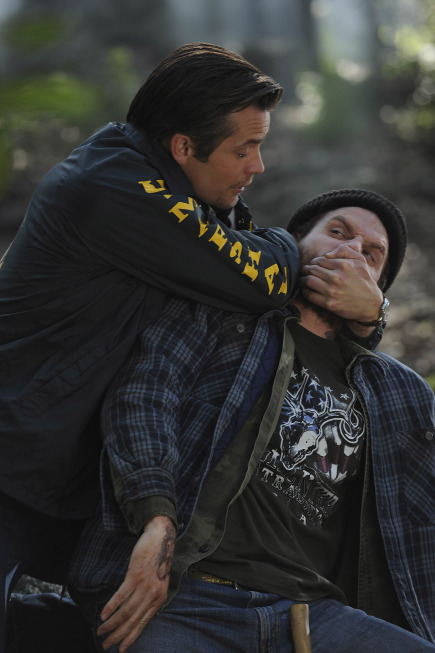 Raylan Manhandles a Suspect