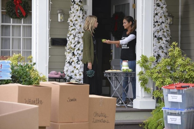 Emily's in the Holiday Spirit - Pretty Little Liars Season 5 Episode 12
