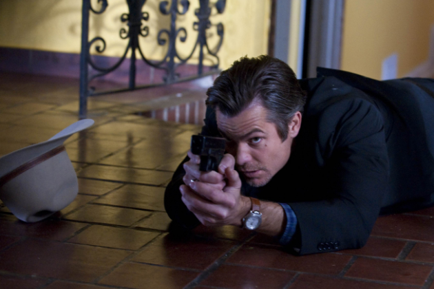 Raylan-on-the-floor-with-his-gun
