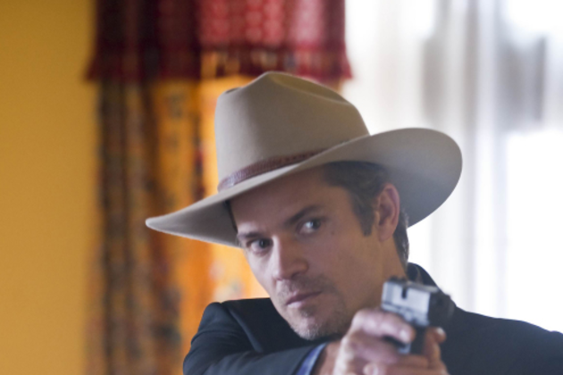 Raylan-points-his-gun