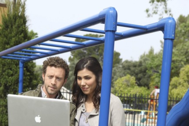 Hodgins-and-angela-at-the-playground