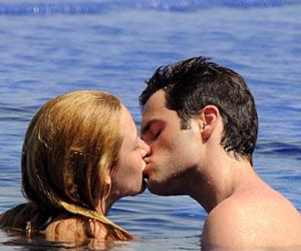 Blake Lively & Penn Badgley: Kissing!