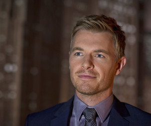 The Flash Scoop: Rick Cosnett on Eddie's Backstory, Being a Pretty Boy & More