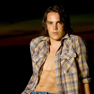 Friday Night Lights Spoilers: Taylor Kitsch Shirtless & More