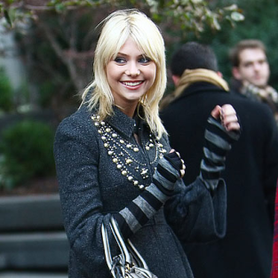 Taylor Momsen: Smiling on the Set