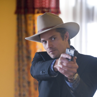 Raylan points his gun