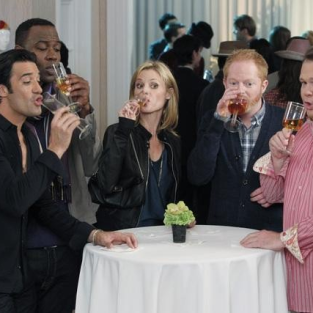 Modern Family Cast Cancels Table Read, Sues for New Contracts [Updated]