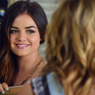 Pretty Little Liars Sneak Peeks: Shoe-per News!