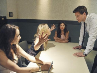 Watch Pretty Little Liars Season 2 Episode 12