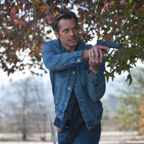 Raylan-brandishes-his-gun