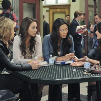 Pretty-little-liars-at-school