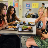 Pretty-little-liars-at-lunch
