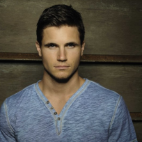 Robbie-amell-photo