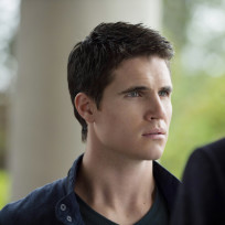 Robbie-amell-as-stephen