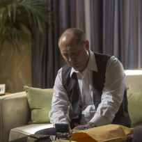 Red-looks-in-a-box-the-blacklist-s2e1