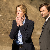 Miller-and-carver-at-the-scene-gracepoint-season-1-episode-1