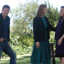 Brennan and booth join daisy at a memorial service for sweets bo