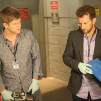 Hodgins and wendell examine a footprint taken from a crime scene
