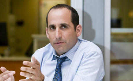 Peter Jacobson Previews House Character, Season Finale