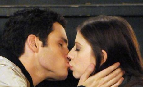 Gossip Girl Spoiler: Dan Kissing ... ?