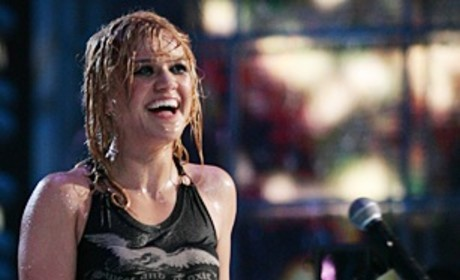Kelly Clarkson Joins Metal Band For Surprise Covers