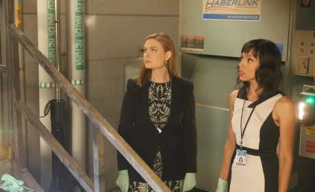 Brennan and Cam Discover the Remains of a Body at a Forensic Science Convention - Bones
