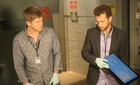 "Hodgins and Wendell Examine a Footprint Taken From a Crime Scene in ""The Corpse at the Convention"" - Bones"
