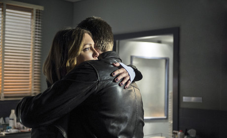 Hug It Out - Arrow Season 3 Episode 6