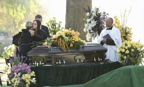 Bonding In Grief - Revenge Season 4 Episode 11