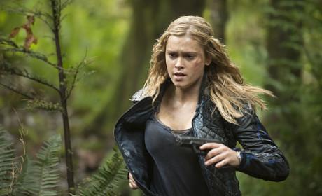 Run Clarke Run - The 100 Season 2 Episode 10