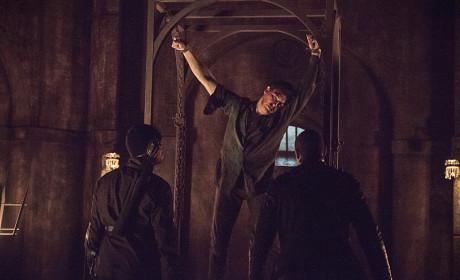Just Hanging Around - Arrow Season 3 Episode 15