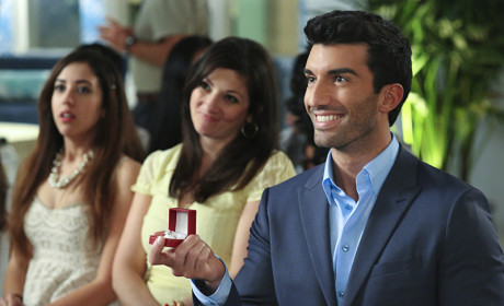 Jane the Virgin Preview: Justin Baldoni on Long Hair, Life Parallels and Proposals