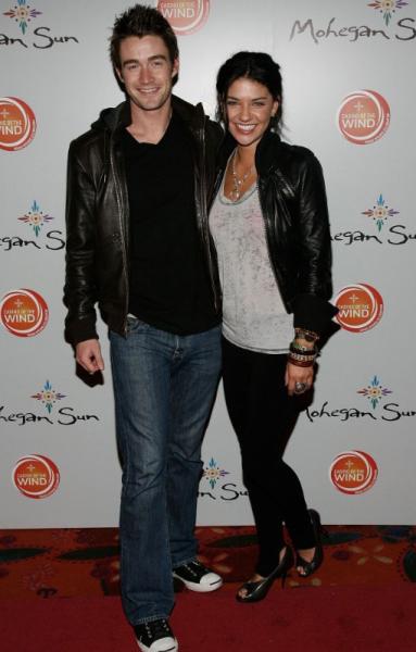 Robert Buckley and Jessica Szohr