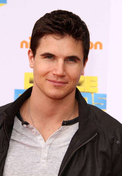 Robbie Amell Pic